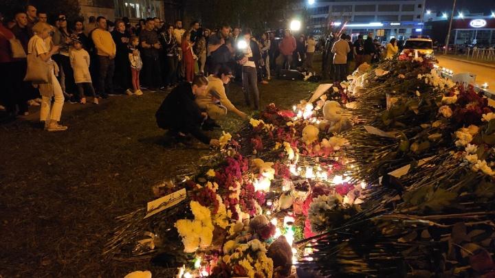 «Собралась вся Казань»: как столица Татарстана скорбит после трагедии в гимназии