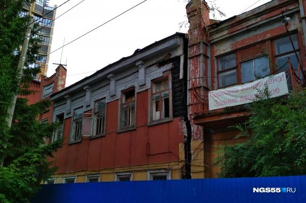 Между кирпичной и деревянной частями здания сейчас большой зазор