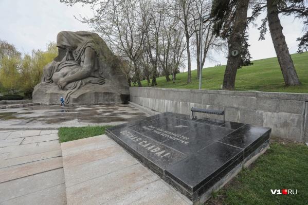 Могила неизвестного солдата расположена у «Скорбящей матери»