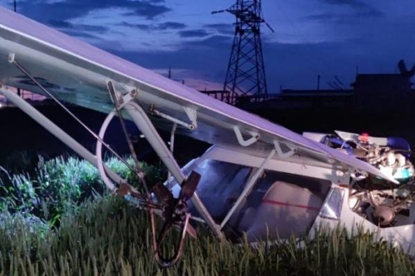 При падении самолет задел линию электропередач