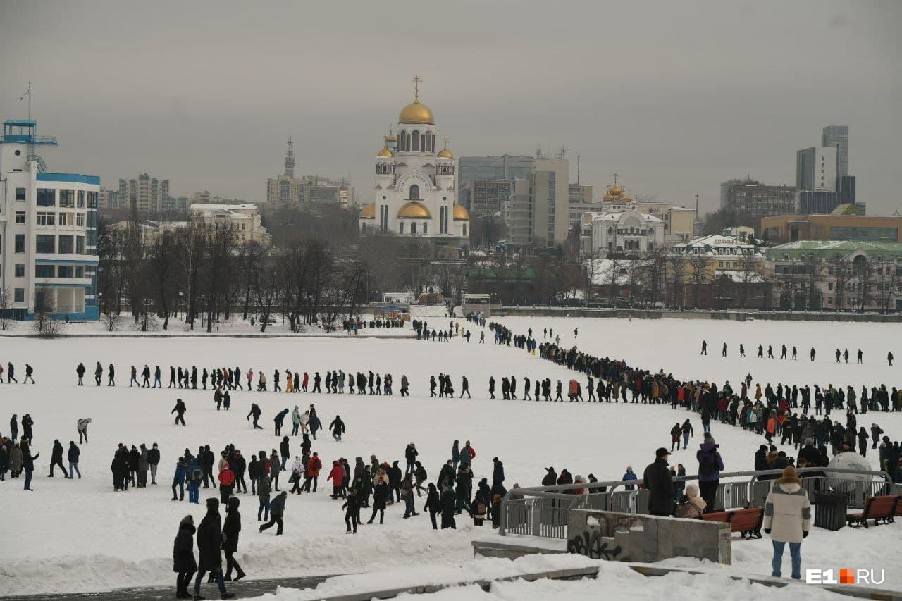 Люди переходили городской пруд и шли в сторону «Динамо»