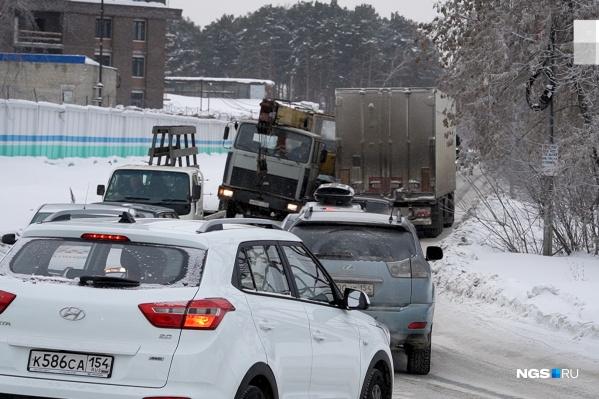 В час пик на Светлановской затор — транспорт снижает скорость из-за нечищеных дорог