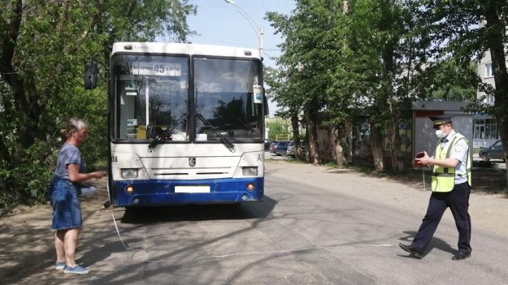 «Водитель услышала крик и остановилась». В Екатеринбурге 2-летний малыш упал в автобусе и разбил голову