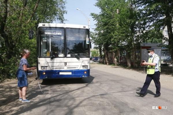 Малыш упал, когда автобус поехал