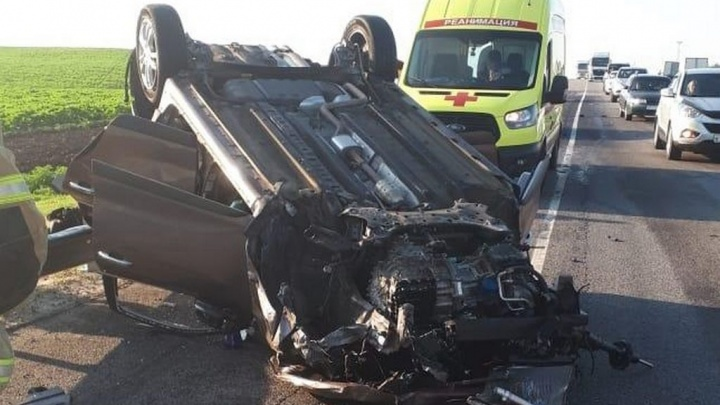 Машину искорежило: в страшном ДТП под Волгоградом пострадали четыре человека, двое из них дети