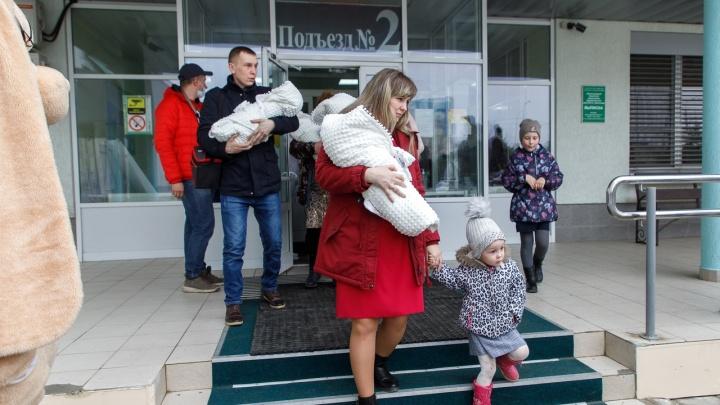 «Оперировать будут завтра»: маму четверняшек из Волгограда с младшим сыном госпитализировали в Москве