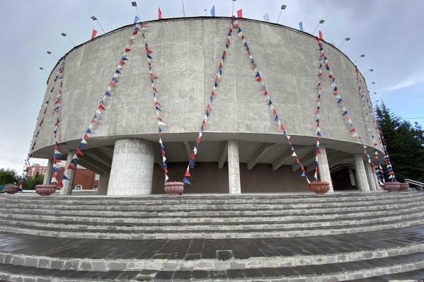 Ко Дню России здание администрации украсили флагами