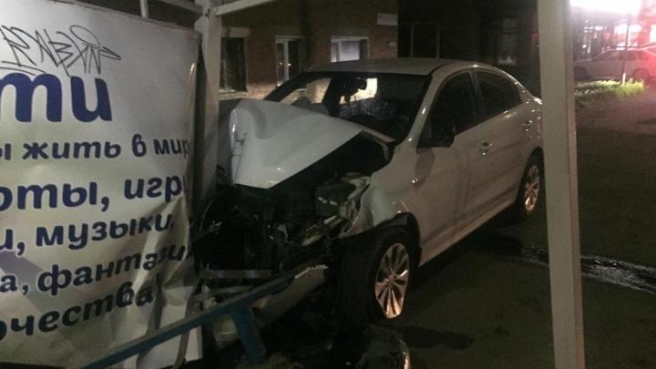В Армавире машина въехала в остановку, пострадали мальчик и женщина
