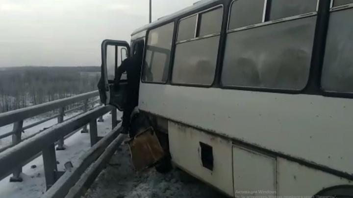 На Борском мосту в ДТП с автобусом пострадало шестеро человек