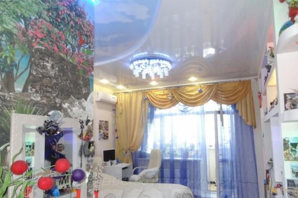Одна из спален выглядит так. Кадр делали в новогодний период, отсюда шарики на зеркале и гирлянды на шторе