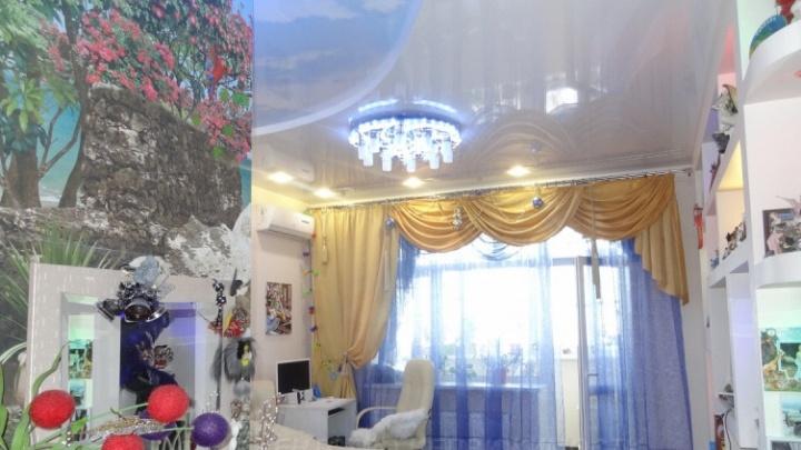 В Тюмени за 12 миллионов продают квартиру с сауной и подковой на потолке. А дом — рядом с кладбищем