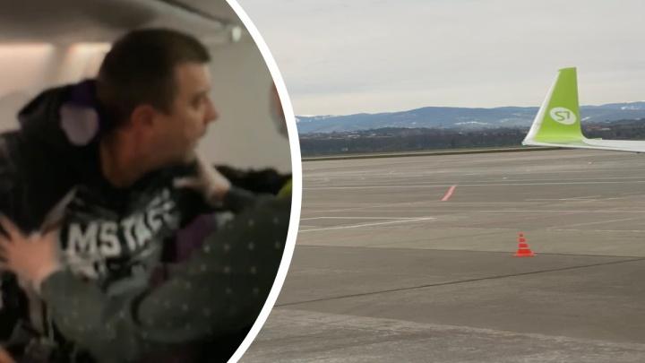 «Бросался в пассажиров стаканчиками и журналами»: дебошира из бизнес-класса рейса Сочи — Новосибирск встретила полиция
