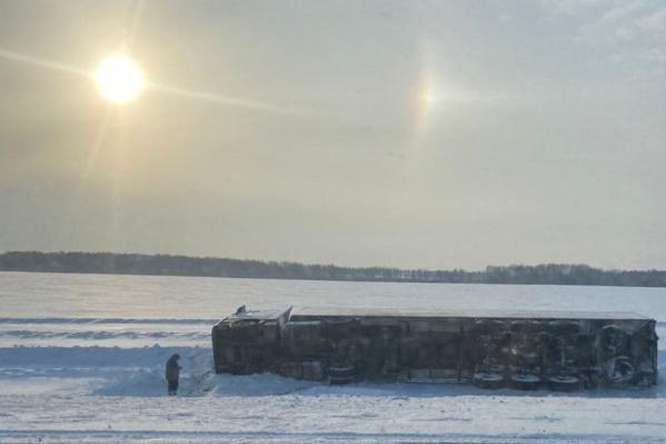 В Тюменской области в морозный день опрокинулась фура, посмотрите, как холодно, на небе — гало