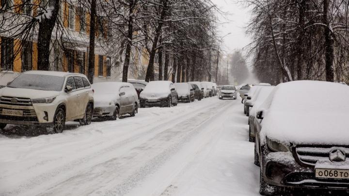 Для уборки снега с дорог в центре Ярославля запретят парковать машины