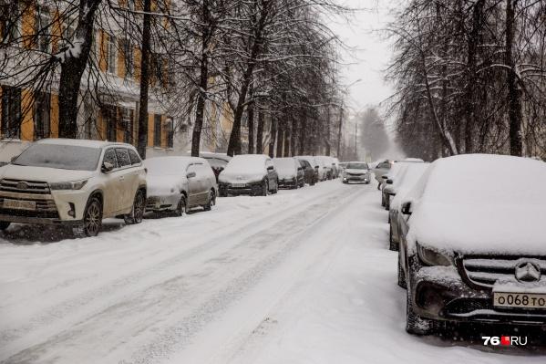 Коммунальщики уверяют, что чистить нормально дороги им мешают припаркованные у обочин автомобили