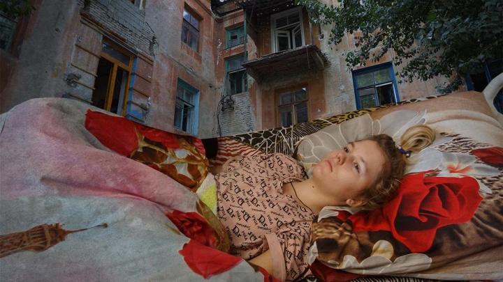 «Она умрет, она не выживет»: в Волгограде подростки вытолкнули с третьего этажа 13-летнюю девочку