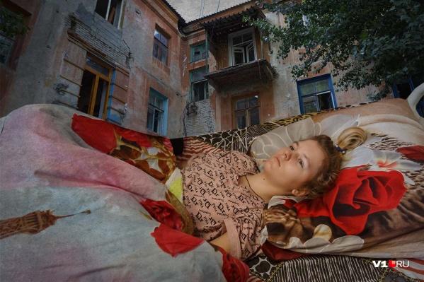 13-летняя Настя после падения с третьего этажа прикована к кровати