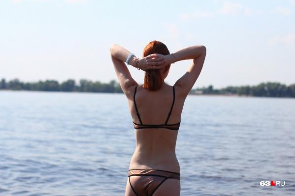 Пляж — самое место, где женщинам можно истязать себя сравнением с красотками
