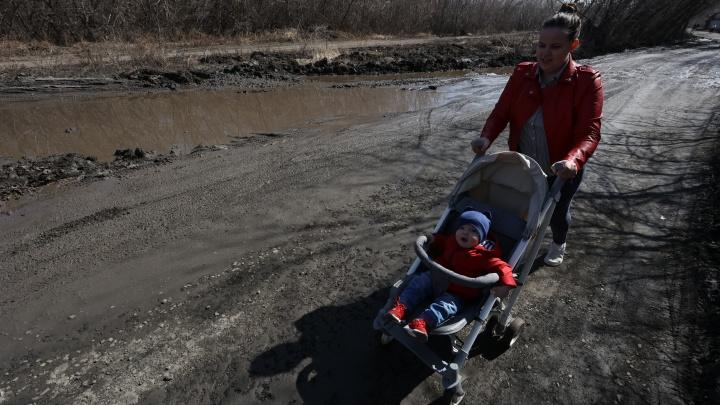 Жителям микрорайонов в Ленинском снова пообещали сделать дорогу. На этот раз— до 2022 года