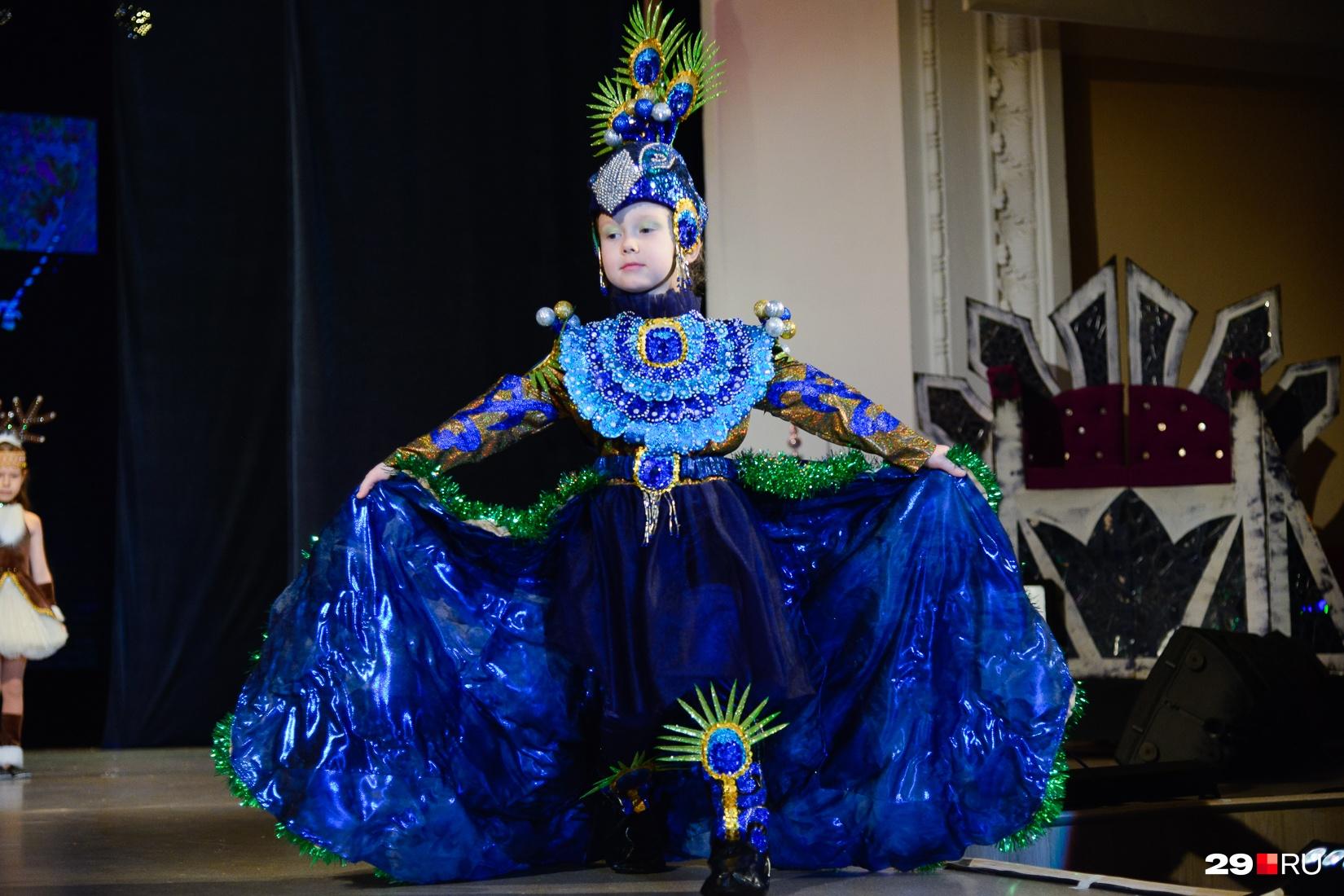 Этот костюм павлина был признан одним из лучших на конкурсе