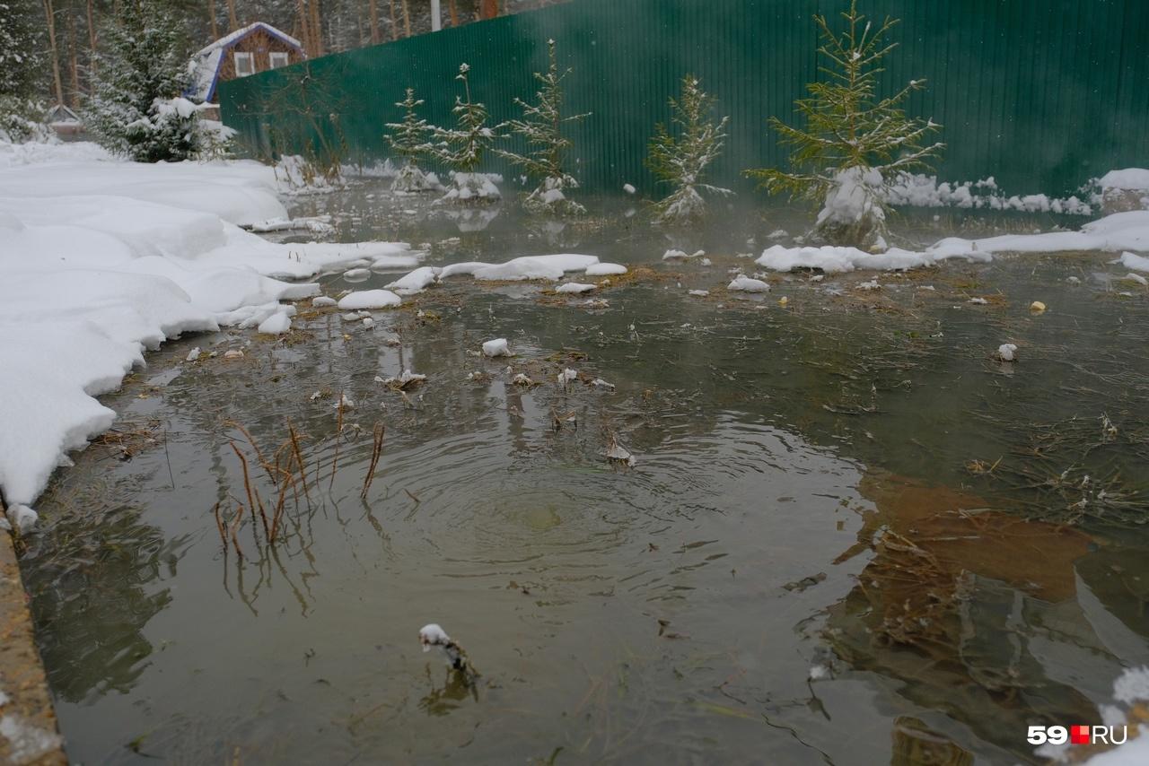 У домов растаял снег