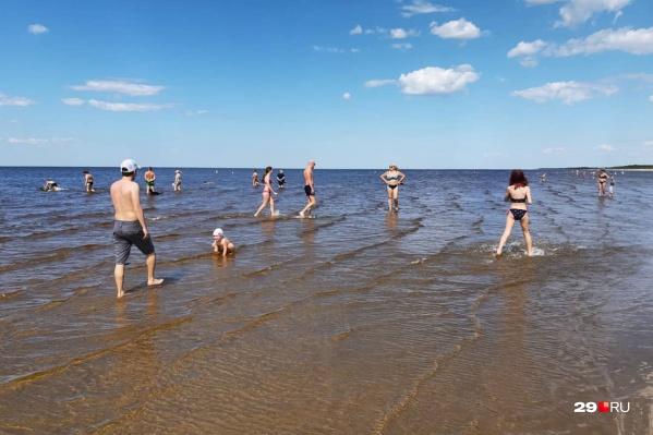 В теплую погоду пляж наполняется отдыхающими