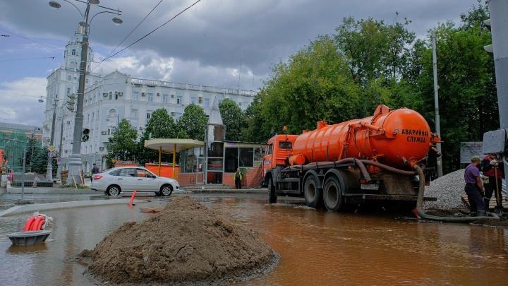 В Перми из-за аварии водой затопило перекресток Комсомольского проспекта и Белинского