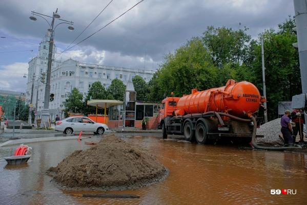 Из-за аварии затоплен оказался перекресток Комсомольского проспекта и Белинского