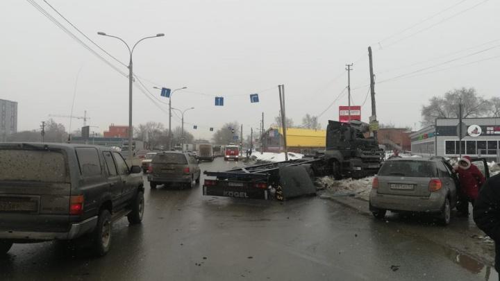 На Мочищенском шоссе водителя грузовика выкинуло изкабины— он попал под колеса своей машины