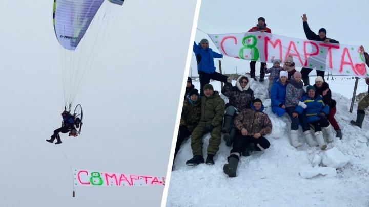 «Кричал поздравления по рации»: на Урале летчик на мотопараплане устроил дамам сюрприз к 8 Марта. Видео