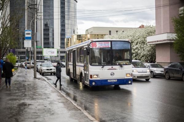 Автобус часто ходит не по расписанию — из-за этого пассажирам приходится мерзнуть на остановке