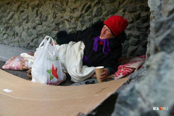 Пожилая женщина с благодарностью приняла горячий кофе