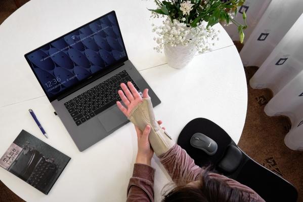 С туннельным синдромом могут столкнуться люди, которые много работают за компьютером,например программисты