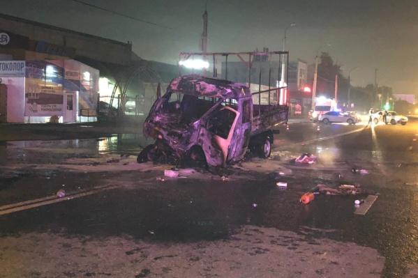 Страшное ДТП произошло поздно вечером 19 июля. После столкновения «Газели» и автобуса машина загорелась, там погибли люди
