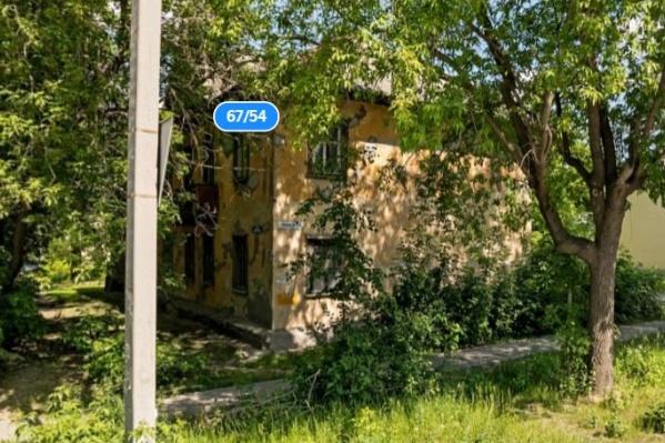 Дом находится на пересечении улиц Шефской и Кобозева