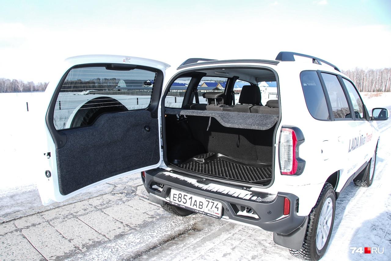 Не слишком удобен и багажник объемом 320 литров. Размашистую заднюю дверь не открыть в тесноте