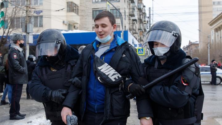 Под крики и свист толпы: в центре Волгограда продолжаются задержания участников несанкционированного шествия