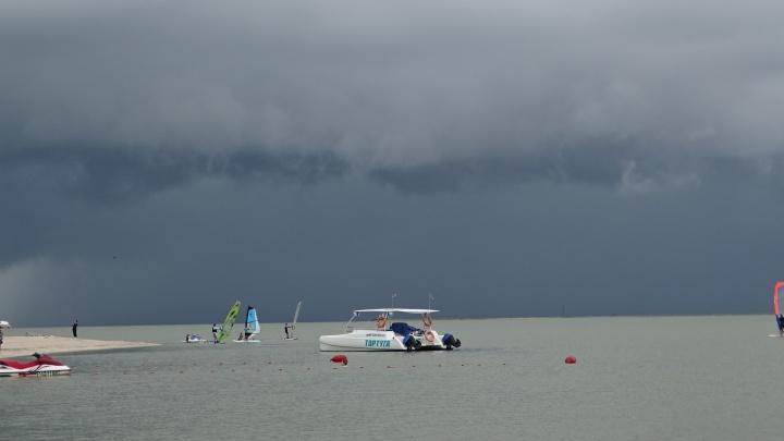 В Сочи объявили штормовое предупреждение, над морем могут формироваться смерчи