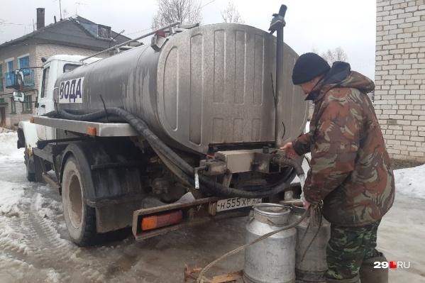 Сейчас воду в цистернах в Рембуево привозят, по словам жителей, два раза в неделю<br>