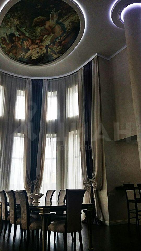 А внутри вот такая красота — расписной потолок