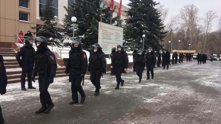В Тюмени на месте несанкционированной акции собрались десятки силовиков