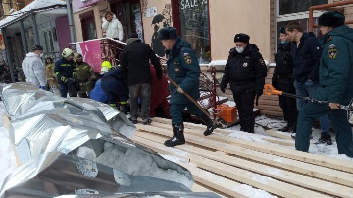 Возбуждено уголовное дело. В центре Перми обрушился строительный переход, есть пострадавшие. Главное о ЧП
