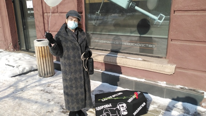 Похороны экологии: красноярка принесла гроб к зданию краевой администрации