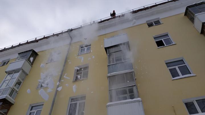 В Уфе при падении снега с крыш пострадали ребенок и двое взрослых