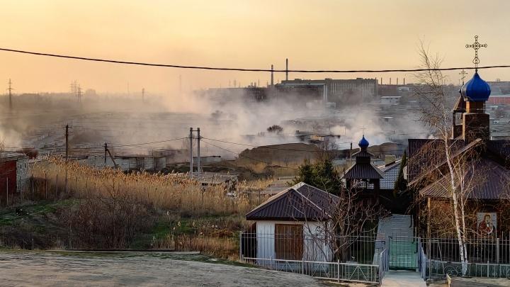 Сильный пожар в Дзержинском районе. Огонь подступает кгаражным кооперативам Волгограда