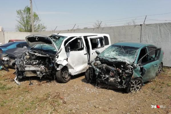 Peugeot Traveller пострадавшего иKIA Rio (на фото справа) обвиняемой в ДТП не подлежат восстановлению