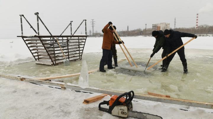 Распиливают лед и ставят каркасы: смотрим, как готовят крещенские купели на ВИЗе