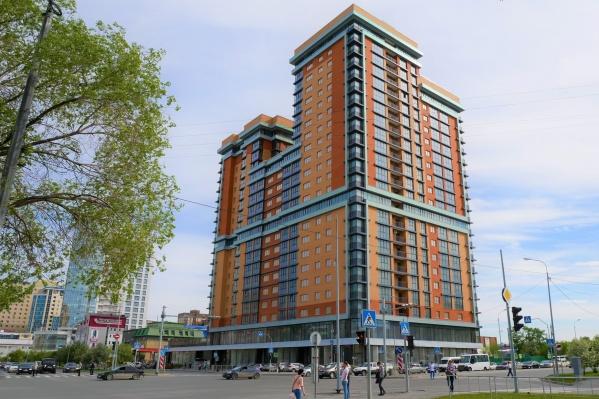 Строительство этого многоэтажного дома велось с 2012 года, а ключи дольщики и другие покупатели получили только в прошлом, 2020 году