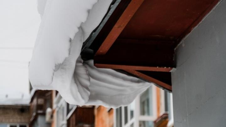 В Перми на девочку с крыши магазина упал лед