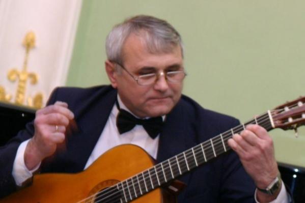 Виктор Мельниченко обучал омичей игре на классической гитаре